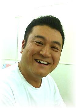 笑う山崎弘也。