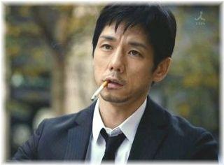 煙草を咥えるの西島秀俊さん
